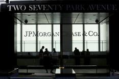 Логотип JP Morgan в штаб-квартире банка в Нью-Йорке 25 октября 2013 года. Американский банк JPMorgan Chase & Co выделит $1,42 миллиарда наличными на урегулирование судебного разбирательства с холдингом Lehman Brothers Holdings. REUTERS/Eduardo Munoz