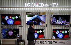 Телевизоры LG в сеульском магазине. 25 января 2016 года. Операционная прибыль LG Electronics подскочила на 27 процентов в четвертом квартале в связи с хорошим спросом на телевизоры и стиральные машины премиум-класса. REUTERS/Kim Hong-Jim