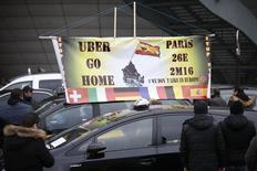 Забастовка французских таксистов в Париже. 26 января 2016 года. Французским полицейским подразделениям специального назначения и пожарным пришлось вмешаться, чтобы очистить загруженную окружную дорогу в Париже в час пик во вторник после того, как таксисты, возмущенные конкуренцией со стороны частных фирм, таких как Uber, забросали проезжую часть шинами и подожгли их. REUTERS/Charles Platiau