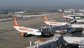 EasyJet a subi un ralentissement de la demande dans les dernières semaines de 2015 après les attentats de Paris, mais la compagnie aérienne à bas coûts britannique se dit en bonne voie pour atteindre ses objectifs annuels grâce à une reprise dans les réservations et les prix des billets. /Photo d'archives/REUTERS/Gonzalo Fuentes