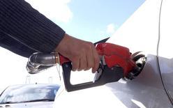 Un hombre llena el estanque de su auto en una gasolinera en Teherán, Irán. 25 de enero de 2016. Los futuros del crudo caían el martes, pasando por debajo de 30 dólares por barril y extendiendo las pérdidas del día anterior en más de un 3 por ciento, luego de que las preocupaciones sobre el exceso de la oferta de los principales productores se sumaron a más señales de una desaceleración de la economía china. REUTERS/Raheb Homavandi/TIMA  SOLO PARA USO EDITORIAL.