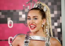 La cantante estadounidense Miley Cyrus llega a los premios MTV de 2015 en Los Ángeles, California, 30 de agosto de 2015. El aclamado director de cine Woody Allen centrará su atención en  una serie televisiva para Amazon que tendría entre sus protagonistas a la estrella del pop Miley Cyrus. REUTERS/Danny Moloshok