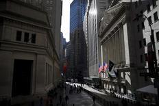 Las acciones estadounidenses subían el martes debido a que los precios del petróleo repuntaban en una sesión volátil, en momentos en que los inversores aguardaban la reunión de política monetaria de la Reserva Federal y los resultados de Apple. En la imagen, el icónico edificio de la Bolsa de Nueva York, situado en Wall Street, Manhattan el 20 de enero de 2016. REUTERS/Mike Segar
