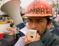 Imagen de archivo de un desempleado en una marcha de protesta en Santiago, ago 27, 2002. El desempleo en Chile habría cerrado estable el 2015, con una tasa del 6,1 por ciento en el trimestre móvil octubre-diciembre, en otra señal de resiliencia del mercado laboral ante el bajo dinamismo de la actividad económica, reveló el martes un sondeo de Reuters.  REUTERS/Max Montecinos