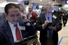 Operadores trabajando en la bolsa de Wall Street en Nueva York, ene 26, 2016. Las acciones subían el martes en la bolsa de Nueva York impulsadas por sólidos reportes de ganancias trimestrales y por el repunte de los precios del petróleo, a la espera de la reunión de política monetaria de la Reserva Federal y de los resultados de Apple.  REUTERS/Brendan McDermid