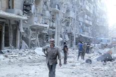 Жители Алеппо ищут выживших после того, как были сброшены, по словам активистов, бочковые бомбы. 17 сентября 2015 года. ООН пригласила представителей сирийских властей и оппозиции на мирные переговоры в Женеве в ближайшую пятницу, хотя пока не ясно, смогут ли поддерживаемые Саудовской Аравией противники президента Башара Асада преодолеть разногласия и приехать в Швейцарию. REUTERS/Abdalrhman Ismail