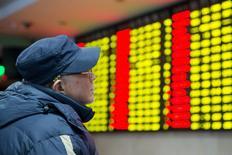 Un inversor mira una pantalla electrónica que muestra información de las acciones, en una correduría en Nanjing, provincia de Jiangsu, 26 de enero de 2016. Las acciones chinas borraron gran parte de sus pérdidas iniciales el miércoles al final de una sesión volátil, y cerraron con una leve baja. REUTERS/China Daily