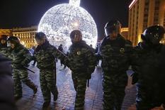 Полицейские окружают участников акции протеста в Москве. 30 декабря 2014 года. Россия и Китай максимально за последнее время усилили давление на гражданское общество, а усилия Европы, направленные на борьбу с кризисом беженцев, рискуют подорвать ее базовые ценности, сообщила организация Human Rights Watch (HRW) в ежегодном глобальном обзоре. REUTERS/Tatyana Makeyeva