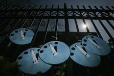 Макеты часов Судного дня, развешенные активистами Гринпис у здания правительства Гонконга. 2 февраля 2007 года. Ядерная сделка с Ираном и прогресс в обсуждении вопросов климата остановили стрелки часов Судного дня, ведущих символический отсчет до наступления апокалипсиса, на зафиксированной в прошлом году отметке - без трех минут до полуночи, или наступления глобальной катастрофы. REUTERS/Bobby Yip