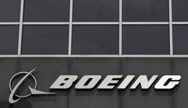 Логотип Boeing в центральном офисе компании в Чикаго. 24 апреля 2013 года. Крупнейший в мире производитель реактивных самолётов Boeing ожидает, что прибыль от основных операций не оправдает прогнозов в 2016 году, и собирается сократить выпуск коммерческих самолётов.  REUTERS/Jim Young