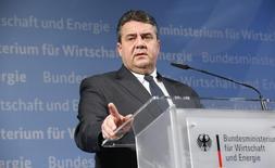 El ministro de Economía de Alemania, Sigmar Gabriel, durante una conferencia de prensa en Berlín, Alemania, 12 de enero de 2016. Alemania redujo su proyección de crecimiento económico en 2016 al 1,7 por ciento, desde una estimación previa del 1,8 por ciento, dijo el miércoles el Gobierno, en momentos en que una desaceleración en los mercados emergentes y en China pone bajo presión a los exportadores de la mayor economía de Europa. REUTERS/Fabrizio Bensch
