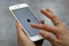 L'action Apple a ouvert en baisse d'environ 4% mercredi, au lendemain de l'annonce de la plus faible croissance des ventes d'iPhone jamais enregistrée, et il faudra peut-être attendre le lancement de l'iPhone 7 en septembre pour qu'elle reprenne franchement des couleurs.. /Photo prise le 27 janvier 2016/REUTERS/Michaela Rehle