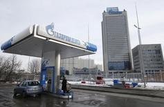 Imagen de archivo de una gasolinera de Gazprom operando en Moscú, feb 24, 2015. El Gobierno de Rusia no está discutiendo una posible cooperación con la OPEP, dijeron a Reuters dos altos funcionarios del país, luego de que uno de los dueños de la segunda productora de petróleo rusa señalara que Moscú y el grupo exportador podrían  unir fuerzas para afrontar la baja de los precios del crudo.   REUTERS/Maxim Zmeyev
