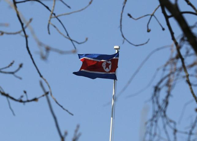 1月28日、萩生田光一官房副長官は午前の会見で、北朝鮮が長距離弾道ミサイルの発射を準備していると一部で報道されことについて、「北朝鮮のミサイルに関する動向については、重大な関心をもって平素から情報収集・分析に努めている」と語った。写真は北朝鮮の国旗。北京で6日撮影(2016年 ロイター/Kim Kyung Hoon)