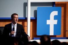 Facebook Inc reportó el miércoles un alza de un 51,7 por ciento de sus ingresos del último trimestre del 2015, gracias a que nuevos formatos de avisos publicitarios y una versión mejorada de la aplicación para móviles produjo una fuerte alza de los anuncios. En la imagen, el CEO de Mark Zuckerberg durante una reunión con el primer ministro indio Narendra Modi en la sede de Facebook en Menlo Park, California el 27 de septiembre de 2015. REUTERS/Stephen Lam