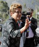 La presidenta de Brasil, Dilma Rousseff, podría liberar hasta  60.000 millones de reales (15.000 millones de dólares) en créditos frescos de bancos que administra el Estado y un fondo de pensiones para ayudar a sacar al país de una profunda recesión, dijeron el miércoles dos altas fuentes del Gobierno. En la imagen, Rousseff en la cumbre de las Américas, a las afueras de Quito, el 27 de enero de 2016. REUTERS/Gary Granja