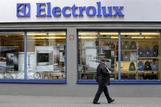 Магазин Electrolux в Риге. 12 ноября 2013 года. Производитель бытовой техники Electrolux получил убыток в четвертом квартале, поскольку расходы на несостоявшуюся покупку подразделения General Electric оказали свой эффект. REUTERS/Ints Kalnins