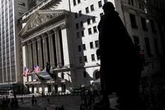 Las acciones estadounidenses abrieron el jueves en alza ante el fuerte repunte de los precios del petróleo, un día después de que la Reserva Federal de Estados Unidos diera pocos indicios de que desacelerará el ritmo de futuras subidas de los tipos de interés. En la imagen, la fachada de la Bolsa de Nueva York, situada en Wall Street, junto a la estatua de George Washington, en Manhattan, el 20 de enero de 2016. REUTERS/Mike Segar