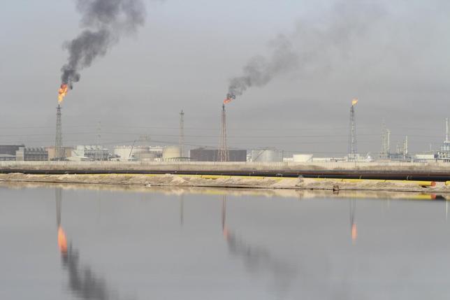 1月28日、ロシアエネルギー相は、サウジアラビアが産油国各国が生産量をそれぞれ最大5%削減することを提案したと述べた。写真は1月26日、イラク・バスラの製油所を撮影(2016年 ロイター/Essam Al-Sudani)