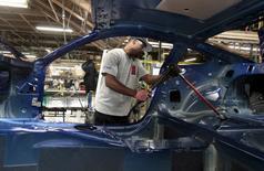 Un hombre trabajando en el ensamblaje de un auto Ford Mustang 2015, en la planta de Ford Motor en Flat Rock, Michigan, 20 de agosto de 2015. Los nuevos pedidos por bienes duraderos manufacturados registraron en diciembre su mayor caída en 16 meses, el más reciente indicio de que el crecimiento económico de Estados Unidos se frenó marcadamente a finales del 2015. REUTERS/Rebecca Cook