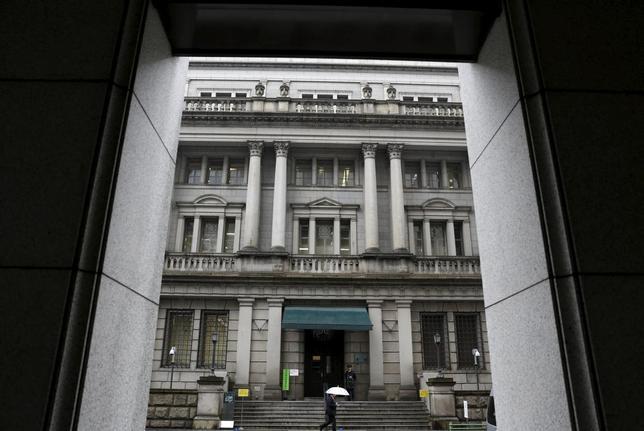 1月29日、日銀のマイナス金利導入は、銀行の収益に小さくないインパクトを与える可能性がある。日銀の当座預金に積んでいた資金から得ていた金利収益が将来的に減少する見通しである上に、今年中にも底打ちするとの期待もあった貸出利ざやの縮小が、一段と進むとみられるためだ。写真は日銀本店。(2016年 ロイター/Yuya Shin)