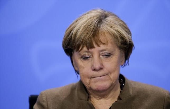 1月29日、世論調査の結果、ドイツ国民の40%がメルケル首相(写真)の難民政策に不満を持ち、首相の辞任を望んでいることが分かった。28日撮影(2016年 ロイター/Fabrizio Bensch)