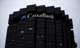 Caixabank, la troisième banque espagnole, accuse une perte nette de 182 millions d'euros au titre du quatrième trimestre, qui s'explique entre autres par des dépréciations chez Repsol, le groupe pétrolier dont elle possède 12,14% du capital. /Photo prise le 29 janvier 2016/REUTERS/Albert Gea