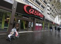 Casino est en hausse de 3,41% vendredi à la Bourse de Paris à mi-séance. Les actifs asiatiques du distributeur français ont attiré l'intérêt du singapourien Dairy Farm et du sud-coréen Lotte Shopping 023530.KS, qui devront cependant faire des offres alléchantes pour espérer l'emporter face à des milliardaires thaïlandais, estiment des banquiers. A 13h04, l'indice CAC 40 gagne 0,72% à 4.353,39 points. /Photo prise le 14 janvier 2016/REUTERS/Jacky Naegelen