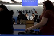 American Airlines est l'une des valeurs à suivre vendredi sur les marchés américains. La première compagnie aérienne mondiale a fait état vendredi d'un bénéfice au quatrième trimestre supérieur aux attentes grâce notamment à la baisse du prix du kérosène. L'action American Airlines prenait 3% à 39,30 dollars en avant-Bourse. /Photo prise le 25 novembre 2015/REUTERS/Brendan McDermid