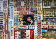 Продавщица палатки в центре Киева ждет покупателей. 21 января 2015 года. Экономика Украины в первом полугодии выйдет из двухлетней рецессии благодаря оживлению внутреннего спроса и производства, однако хрупкое восстановление подвержено внешним рискам, сообщило Минэкономики в пятницу. REUTERS/Gleb Garanich