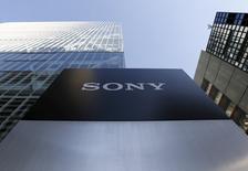 El logo de Sony visto afuera de su sede en Tokio, Japón, 27 de enero de 2016. Sony Corp, considerado ampliamente como un proveedor clave de sensores de imágenes para los iPhones de Apple, dijo el viernes que se preparaba para una desaceleración en el mercado de teléfonos avanzados premium después de que las ventas de sus sensores cayeron en el tercer trimestre. REUTERS/Yuya Shino