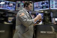 Un operador trabajando en la bolsa de Wall Street en Nueva York, ene 28, 2016. Las acciones abrieron en alza el viernes en Wall Street, después de que un débil dato del PIB estadounidense aumentara las expectativas de que la Reserva Federal podría desacelerar el ritmo de futuras subidas de las tasas de interés. REUTERS/Brendan McDermid