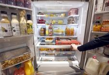 Un refrigerador de dos puertas de Whirlpool en exhibición durante la feria de consumo electrónico de Las Vegas, ene 8, 2016. Whirlpool dijo el viernes que prevé que sus ganancias del 2016 se ubiquen bastante por debajo de las estimaciones de Wall Street y añadió que sus embarques a Brasil caerán en un 10 por ciento este año. REUTERS/Steve Marcus