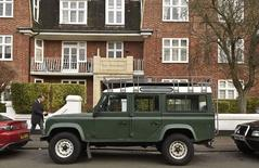 Land Rover Defender в Лондоне 29 января 2016 года. Последний экземпляр культового британского внедорожника Land Rover Defender 4x4, среди известных владельцев которого была королева Елизавета II, снимут с конвейера в пятницу, спустя 68 лет после начала производства. REUTERS/Toby Melville