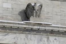 Una estatua de un águila adornando el frontis de la Reserva Federal en Washington, ene 26, 2016. La Reserva Federal necesita más tiempo para evaluar cómo la debilidad económica mundial y la turbulencia de los mercados financieros afectarán a la economía de Estados Unidos, y la Fed será paciente en lo que respecta a decisiones de política monetaria, dijo el viernes un funcionario de la entidad.  REUTERS/Jonathan Ernst