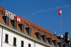 HSBC aurait décidé d'imposer un gel des embauches et des salaires cette année. Comme bien d'autres de ses homologues, La banque s'emploie à réduire ses charges pour améliorer sa rentabilité et les retours aux actionnaires. Elle compte ainsi économiser jusqu'à cinq milliards de dollars annuellement d'ici 2017. /Photo d'archives/REUTERS/Pierre Albouy