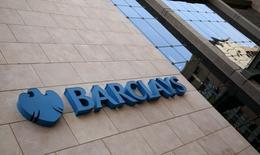 Barclays y Credit Suisse han zanjado una disputa por cargos federales y estatales que los acusaban de engañar a los inversores en mercados privados, con la admisión por parte de Barclays de que violó la ley, acordando un pago de 70 millones de dólares, dijeron el domingo responsables federales y del estado de Nueva York. En la imagen, un logo de Barclays fuera de las torres de Barclays en Johannesburgo, 16 de diciembre de 2015. REUTERS/Siphiwe Sibeko
