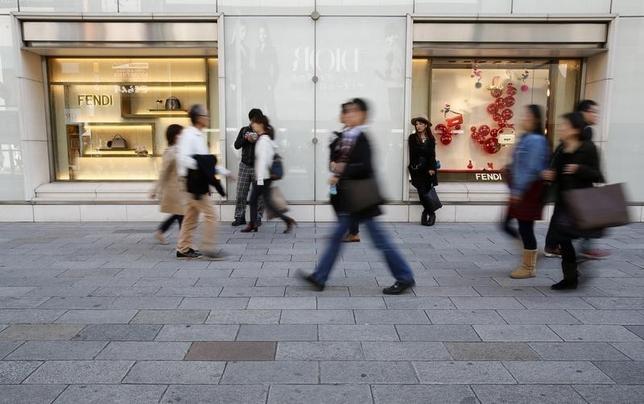 2月1日、大手百貨店4社がに発表した1月の売上高速報は、2社が増収、2社が減収とまちまちとなった。化粧品などを中心に、訪日外国人によるインバウンド需要は好調に推移している。銀座で2014年11月撮影(2016年 ロイター/Yuya Shino)