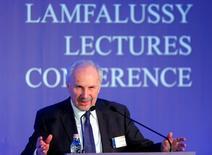 Ewald Nowotny, miembro del consejo de gobierno del Banco Central Europeo, en una conferencia en Budapest, 1 de febrero de 2016. La economía global continúa en una senda de recuperación moderada pero la desaceleración de China preocupa particularmente porque eleva el riesgo de que la crisis vuelva a los países desarrollados, dijo el lunes Ewald Nowotny, miembro del consejo de gobierno del Banco Central Europeo. REUTERS/Laszlo Balogh -