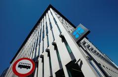 El logo de la OPEP visto en la sede del organismo, en Viena, Austria, 5 de junio de 2015. Los países de la OPEP y las naciones fuera del cártel aún no han acordado sostener una reunión para discutir medidas que ayuden a impulsar los precios del crudo, dijeron el lunes dos delegados del grupo, casi una semana después de que funcionarios rusos dijeron que Moscú debería conversar con el bloque. REUTERS/Heinz-Peter Bader
