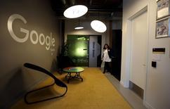 Alphabet, maison mère de Google, à suivre lundi sur les marchés américains, publie ses résultats trimestriels après la clôture à Wall Street. /Photo prise le 14 janvier 2016/REUTERS/Peter Power