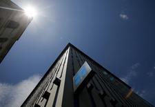 Здание ОПЕК в Вене. 29 мая 2013 года. Страны, входящие и не входящие в ОПЕК, еще не договорились о встрече, чтобы обсудить совместные действия для поддержания цен на нефть, сообщили в понедельник два представителя ОПЕК. REUTERS/Leonhard Foeger
