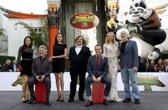 """Los miembros del elenco de Kung Fu Panda 3, de izquierda a derecha: Lucy Liu, Dustin Hoffman, Angelina Jolie, Jack Black, Bryan Cranston, Kate Hudson,  J.K. Simmons, posando durante la premiere de la película en el teatro chino TCL, en Hollywood, California. """"Kung Fu Panda 3"""" irrumpió con todo su poder en la taquilla cinematográfica de Estados Unidos, con una recaudación de 41 millones de dólares en unas 3.955 salas el fin de semana de su estreno que demostró que la franquicia para toda la familia sigue atrayendo público. REUTERS/Mario Anzuoni"""