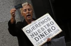 El consejero delegado de Bankia, José Sevilla, calificó el lunes de suficiente el nivel de provisiones de 1.840 millones de euros constituidas para afrontar posibles nuevas demandas de inversores minoristas por las supuestas irregularidades de su salida a bolsa en 2011. Imagen de un manifestanet contra Bankia tomada el 16 de octubre de 2014.  REUTERS/Sergio Perez