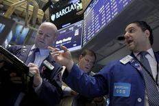 Operadores trabajando en la Bolsa de Nueva York. 29 de enero de 2016. El rendimiento de los bonos del Tesoro de Estados Unidos subía el lunes desde mínimos en cuatro meses, al inicio de una semana cargada de datos que culminará el viernes con el informe sobre empleo de enero, que será analizado en detalle en busca de señales sobre una posible desaceleración de la economía. REUTERS/Brendan McDermid