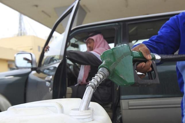 2月1日、サウジアラビアが採用している原油価格下落を積極的に容認する戦略が、自国民の医療福祉問題に悪影響を及ぼす事態になってきた。首都リヤドのガソリンスタンドで2012年12月撮影(2016年 ロイター/Fahad Shadeed)