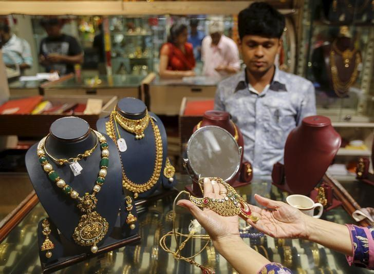 A customer tries a gold necklace at a jewellery showroom in Mumbai, India, November 9, 2015. REUTERS/Shailesh Andrade/Files