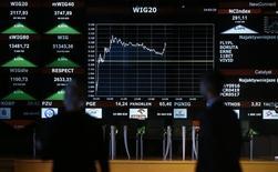 Las bolsas europeas bajaban por segunda sesión consecutiva el martes debido a nueva caída del precio del petróleo provocada por las preocupaciones por un exceso de oferta y por los decepcionantes resultados de la gigante británica BP. En la foto, el indice WIG20 de la bolsa polaca, en Varsovia, el 26 de octubre de 2015 REUTERS/Kacper Pempel