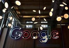 Логотип Google в фойе инжинирингового офиса компании в Канаде. Китченер-Ватерлоо, 14 января 2016 года. Прибыль холдинга Alphabet Inc, владеющего Google, легко превзошла прогнозы Уолл-стрит благодаря сильным продажам мобильной рекламы, сообщила компания в понедельник. REUTERS/Peter Power