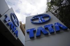 Логотипы Tata Motors в дилерском центре в Мумбаи. 14 февраля 2013 года. У быстро распространяющегося вируса Зика появилась неожиданная жертва - индийский автопроизводитель Tata Motors Ltd. REUTERS/Vivek Prakash